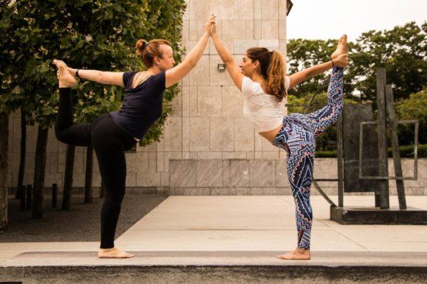 Freundinnen trainieren zusammen